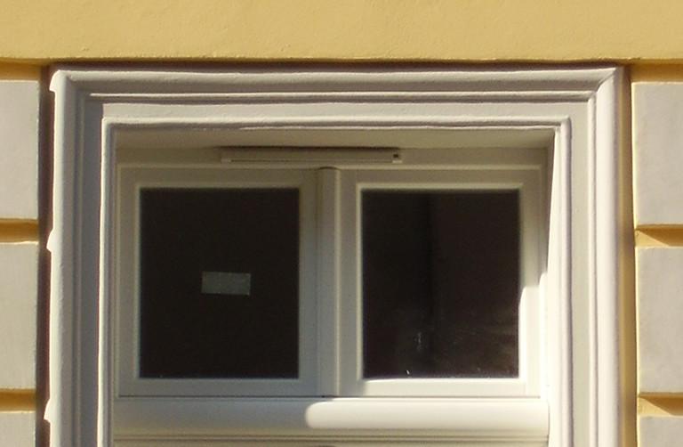 listwy styropianowe nad oknem